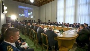 Дипломатичні представництва України мають допомагати українцям, які вперше виїдуть за кордон – Президент