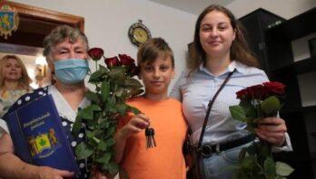 Максим Козицький вручив ключі від квартири двом дітям, позбавленим батьківського піклування
