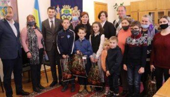 Діти-сироти Миколаївського району отримали подарунки
