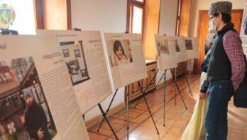 У холі Львівської ОДА презентували виставку «Заручники окупації»