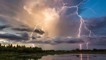 На території Львівської області очікуються несприятливі погодні умови: як діяти під час грози
